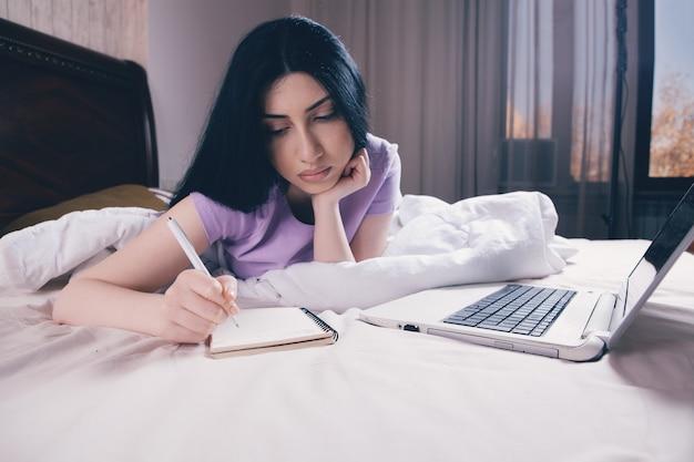 노트북에 메모하는 여자