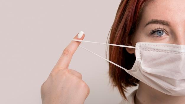 Женщина правильно снимает маску