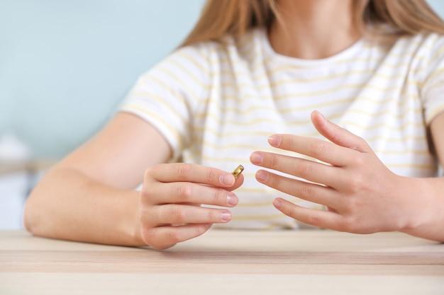 집에서 그녀의 결혼 반지를 벗고 여자입니다. 이혼의 개념
