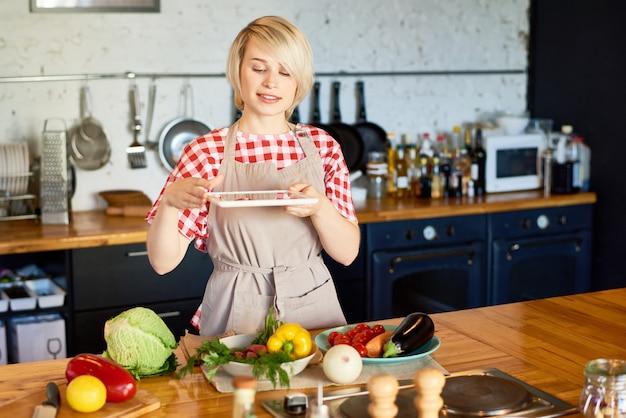 Женщина берет фото ингредиентов