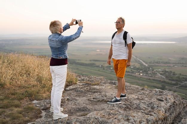 Женщина фотографирует человека