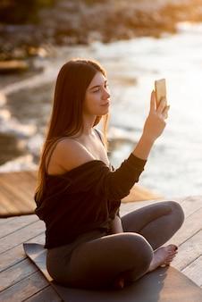 Donna che cattura una foto del mare