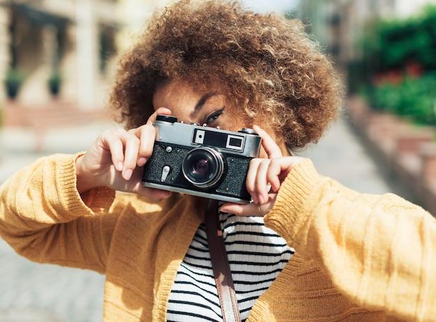 Donna che cattura una foto con una macchina fotografica