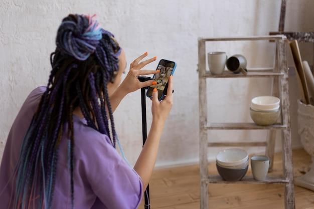 Женщина, делающая фотографии для своего бизнеса