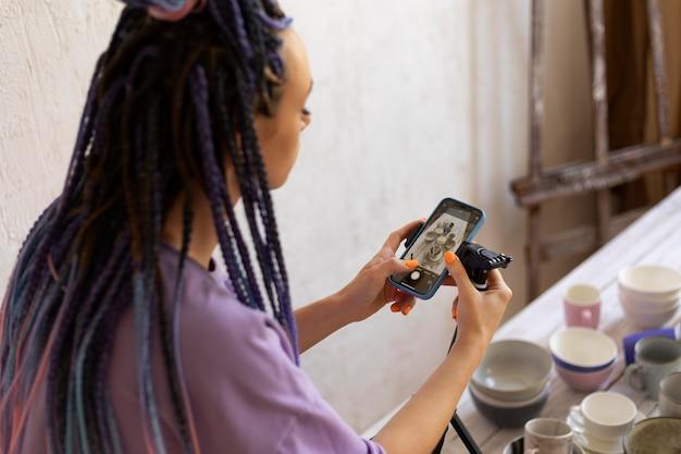 彼女のビジネスのために写真を撮る女性