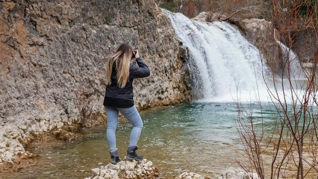 自然の写真を撮る女性