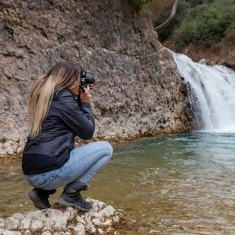 자연의 사진을 찍는 여자
