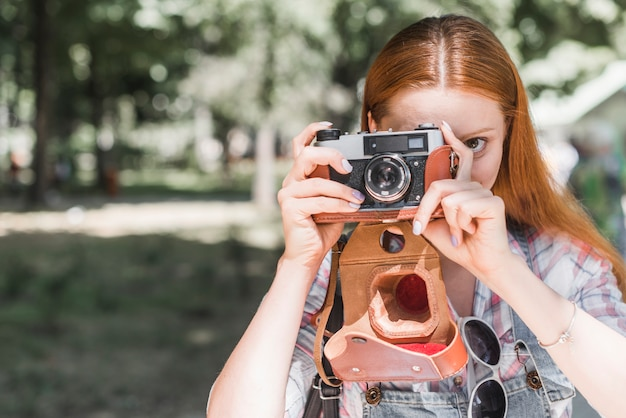 カメラで写真を撮っている女性