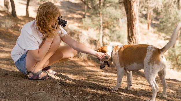 그녀의 강아지의 사진을 찍는 여자