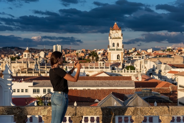 Женщина фотографирует виды на сукре, боливия