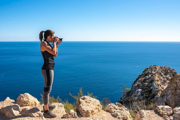 カルペのペニョンデイファクから自然の中で、カメラで風景に写真を撮る女性