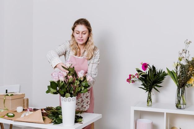 Женщина, взявшая розу за кучу