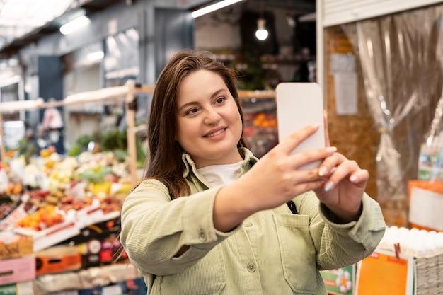 Donna che si fa selfie inquadratura media