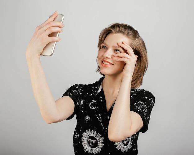 Donna che cattura selfie