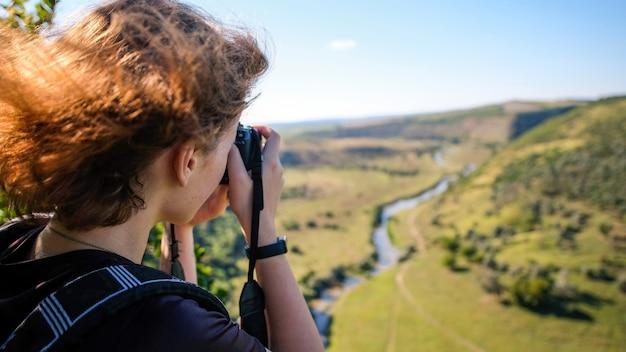 자연을 촬영하는 여성