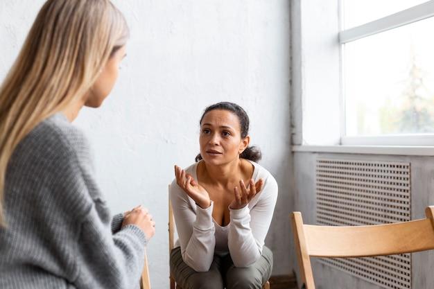 集団療法セッションで彼女の問題について話している女性