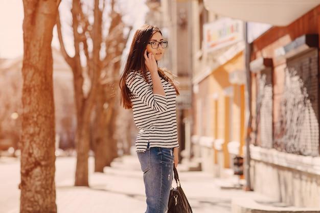 Donna che comunica sul suo cellulare