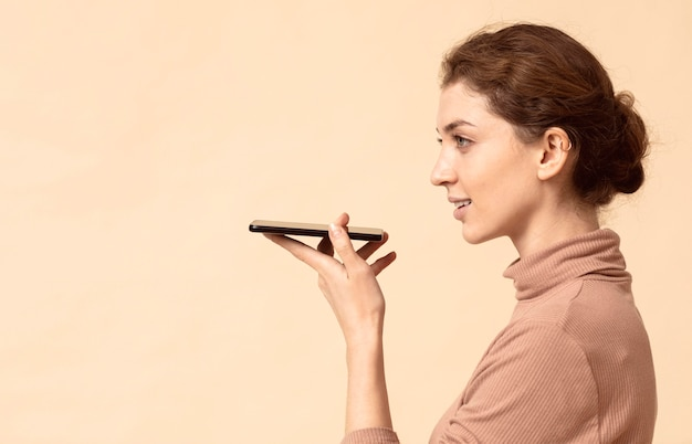 휴대 전화 스피커에 얘기하는 여자