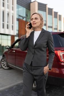 Женщина разговаривает по телефону средний план