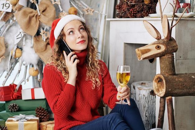 お正月の夜に電話で話している女性