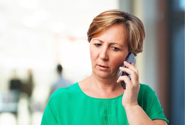 電話で話す女