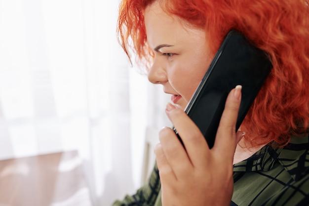 전화 통화하는 여자