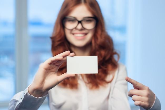 Женщина разговаривает по телефону на фоне макета окна Premium Фотографии