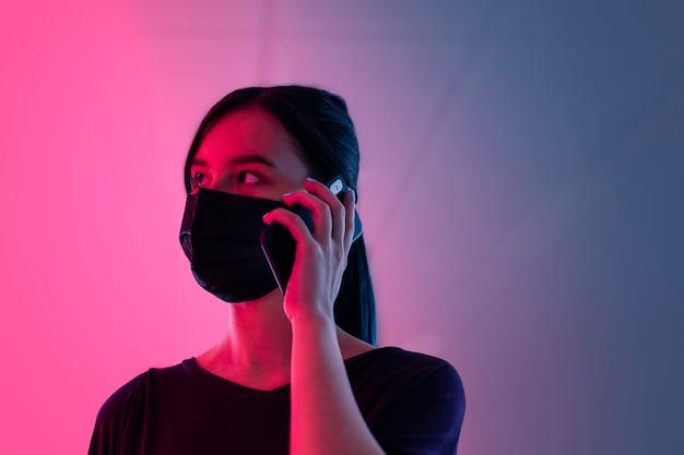 Donna che parla al telefono durante la nuova normalità