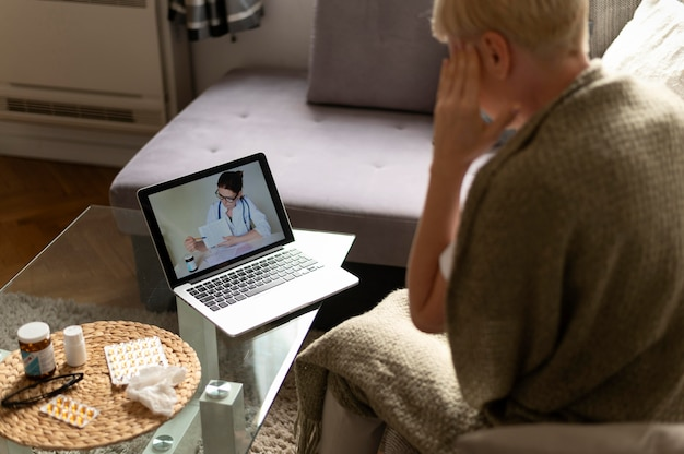 オンラインで医者と話している女性のクローズアップ