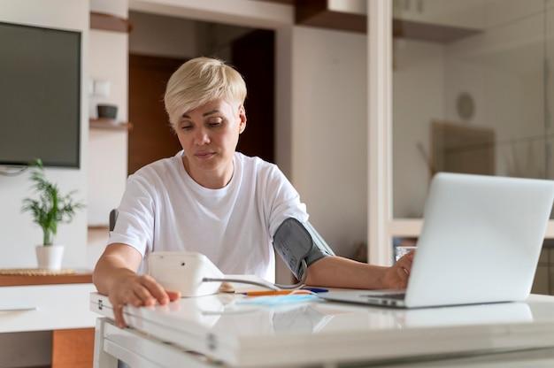 온라인 의사에 게 얘기하는 여자