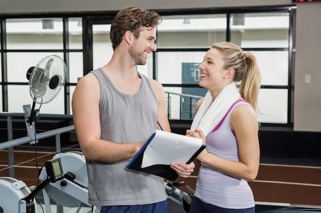 Женщина разговаривает с тренером после тренировки