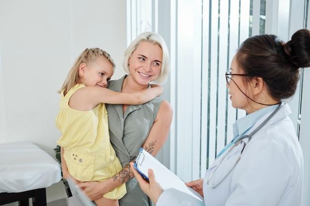 小児科医と話している女性