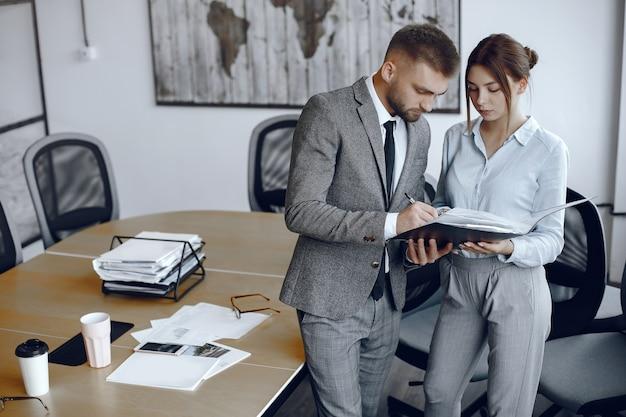 감독과 이야기하는 여자. 사업가 문서에 서명. 동료가 함께 작업