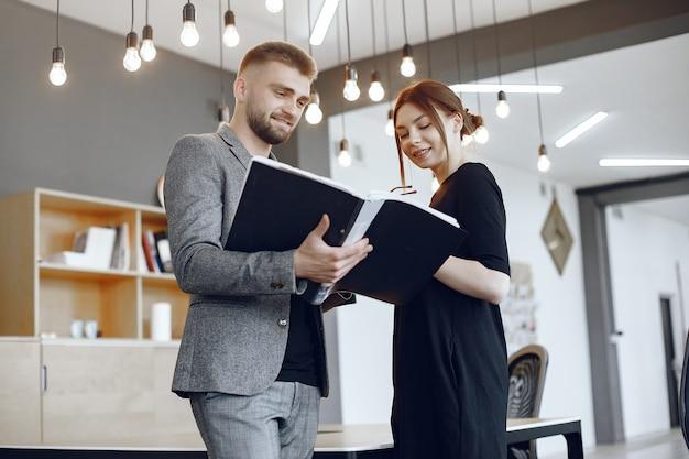Женщина разговаривает с директором. бизнесмен с документами. коллеги работают вместе