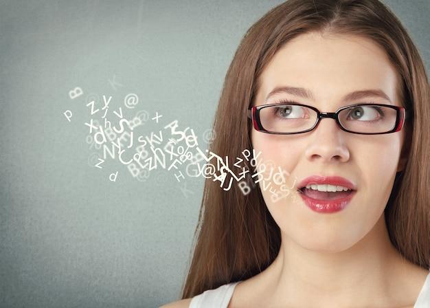 口から出てくるアルファベットで話している女性。