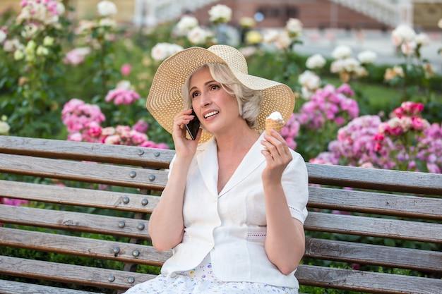 女性が電話で話します。