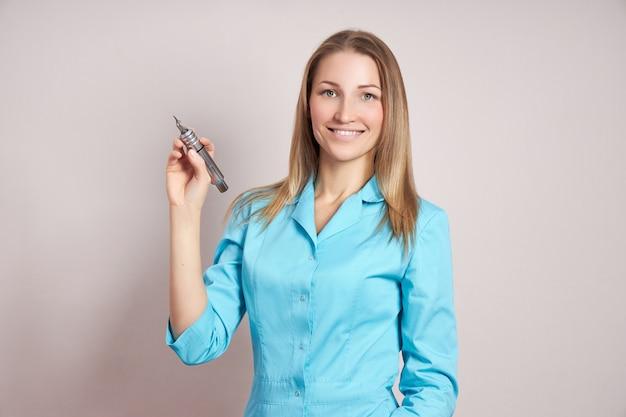 Женщина татуировщик перманентный макияж с татуировкой в руке