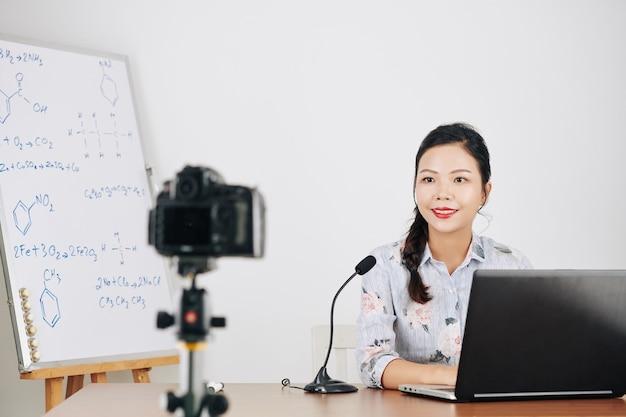 Женщина преподает химию онлайн