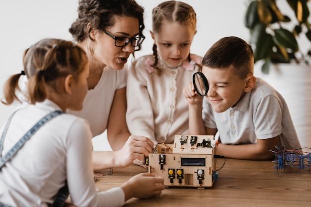 아이들에게 과학 수업을 가르치는 여자