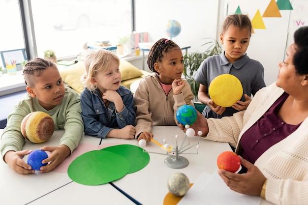 惑星について子供たちに教える女性