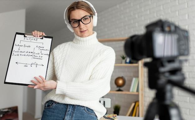 아이들에게 온라인 영어 수업을 가르치는 여자