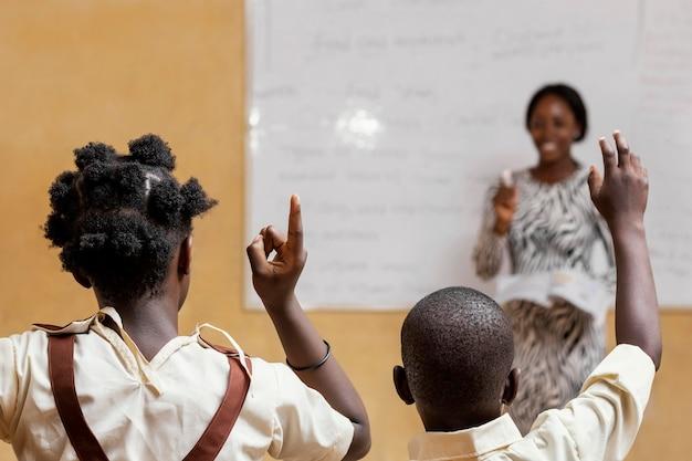 クラスで子供を教える女性