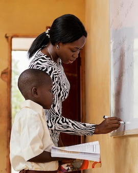Женщина учит детей в классе