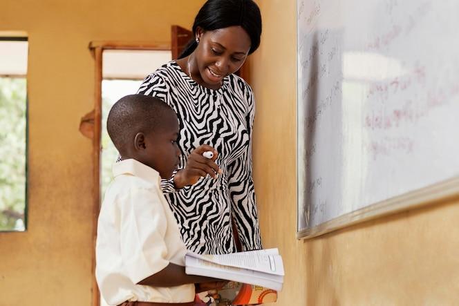 클래스에서 아이 가르치는 여자