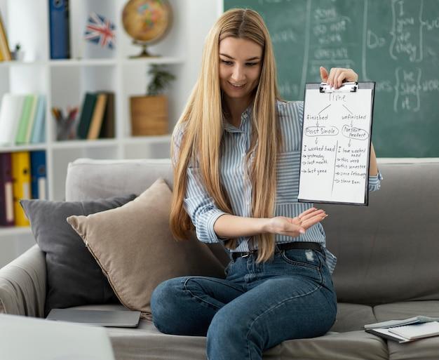 オンラインで英語のクラスで子供を教える女性