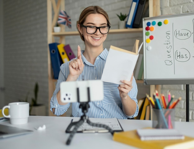 Женщина преподает студентам урок английского онлайн