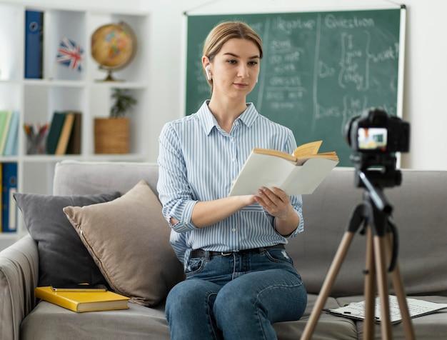 Donna che insegna agli studenti in classe di inglese online