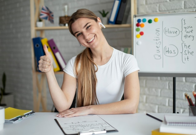 Donna che insegna agli studenti una lezione di inglese online