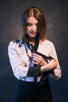 女性はネクタイの結び方を教えたり学んだりします。役立つ詳細なチュートリアルの概念