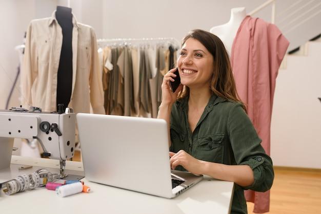 Женщина-удаленный работник работает дома с ноутбуком и смартфоном